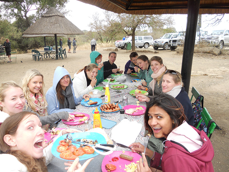 Students-having-brunch-at-KNP